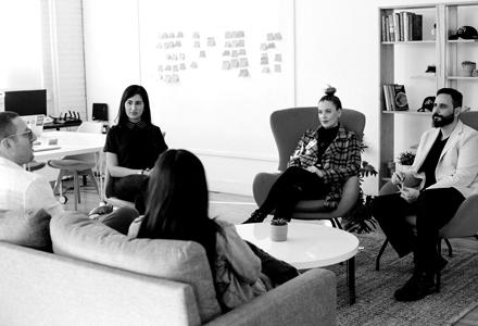 photo noir et blanc de 5 personnes en réunion de travail