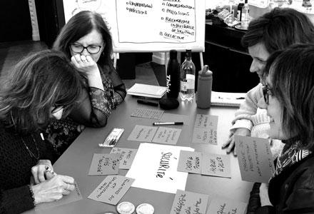 Attitudes et conseils en formation, photo noir et blanc de 4 femmes travaillant à une table