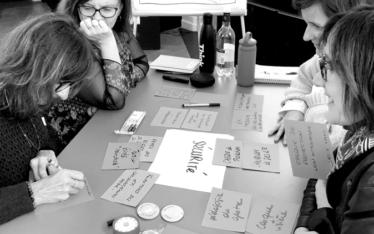 Photo noir et blanc d'Isabelle Saint Macary animant un atelier de coaching